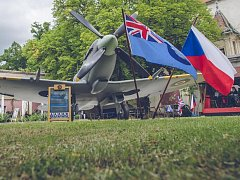 Slavnostní otevření muzea RAF na zámku Police. Spitfire