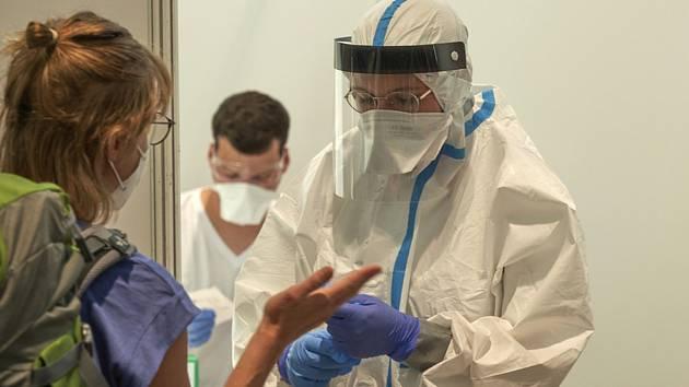 Testováni na koronavirus na letišti ve Frankfurtu