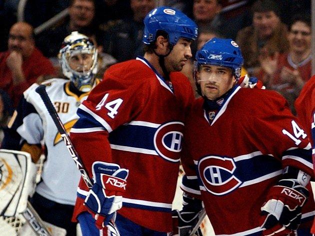 Obránce Montrealu Roman Hamrlík (vlevo) se raduje s Tomášem Plekancem z úvodní branky proti Buffalu.