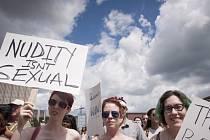 """Kanaďanky demonstrovaly za právo vyrazit si """"nahoře bez"""""""