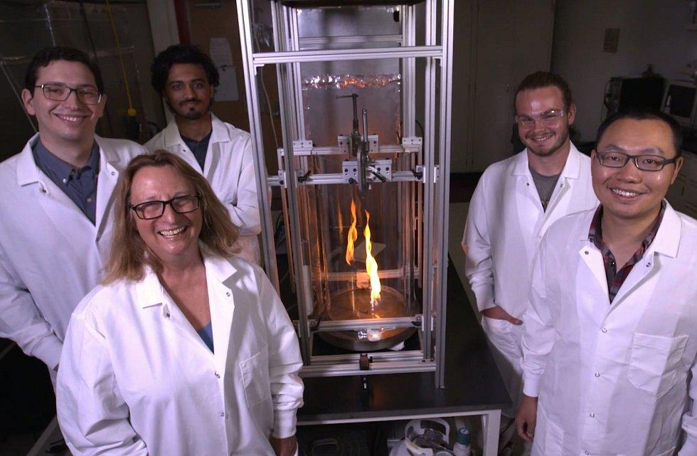 Vědecký tým objevil novou formu záhadného modrého plamene