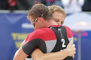 Plážoví volejbalisté Ondřej Perušič a David Schweiner (zády) z České republiky.