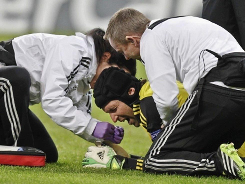 Petr Čech byl po nárazu do tyčky otřesen.