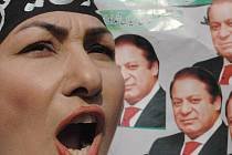 Žena před portrétem Naváze Šarífa demonstruje proti prezidentu Mušarafovi.