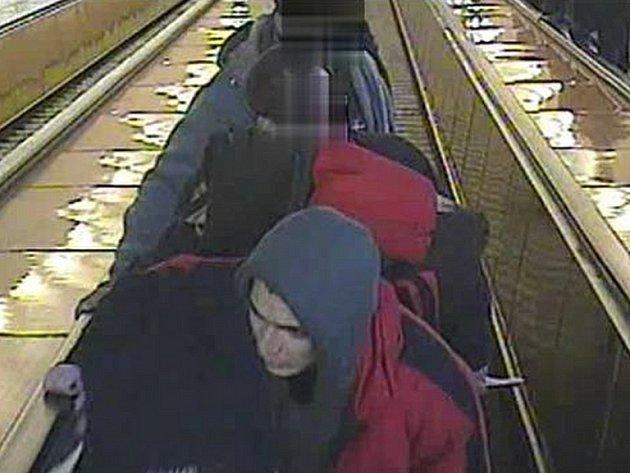 Podezřelý z útoku v metru na záznamu monitorovací kamery.