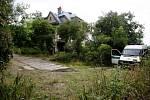 Asi 40 lidí ze soboty na neděli obsadilo opuštěnou vilu Milada v Praze 8. Policie proti squatterům po půlnoci zasáhla.