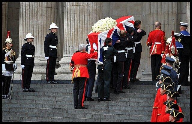Rakev s ostatky Margaret Thatcherové je nesena do svatopavelského chrámu.
