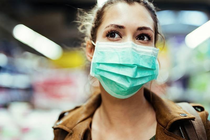 Vobdobí, kdy nemůžeme vyrazit ven bez roušky, si spousta žen, a nejen těch vprvní linii vnemocnicích, stěžuje na problémy spletí.