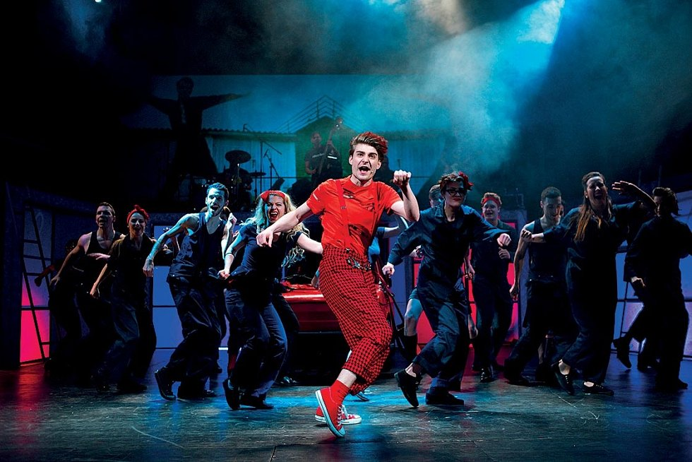 Úžasně hraje, zpívá a tančí v muzikálu Šakalí léta v Divadle Na Fidlovačce.
