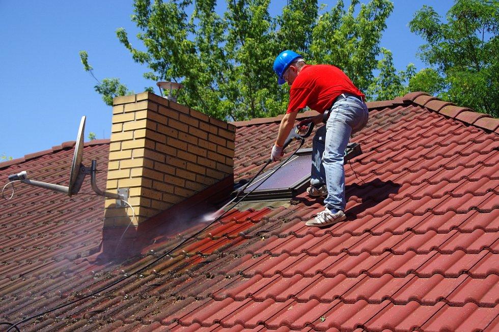 Mech na střešní krytině odstraňte vysokotlakým čističem.