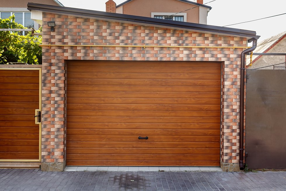 Pokud se rozhodnete pro dostavbu samostatné garáže, berte při volbě materiálu a umístnění v úvahu, že stejně jako plot či zahrada by měla tvořit s domem či chatou nedílný architektonický celek a nepůsobit rušivě.