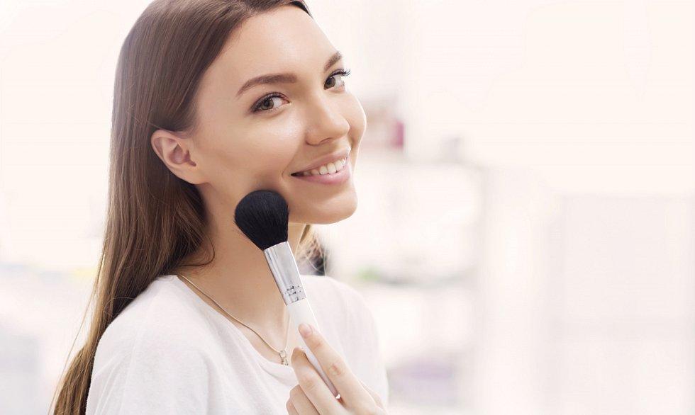 Rozjasňovače či highlitery nepoužívejte do středu tváří, doprostřed čela nebo na špičku nosu a na bradu.