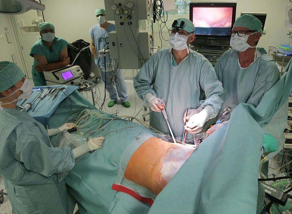 Po operaci pacientovi zůstává na těle pouze šest jizviček velikosti jednoho centimetru.