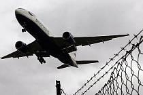Mladý letecký fanoušek pořádně vyděsil personál ostravského letiště Leoše Janáčka. Elektronickou poštou oznámil bombu na letišti, i v jednom z letadel. Policisté školáka vypátrali hned druhý den.