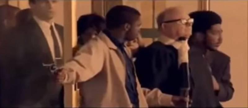 Umělecká rekonstrukce únosu Harolda Haleyho v americkém filmu Černý srpen (Black August)