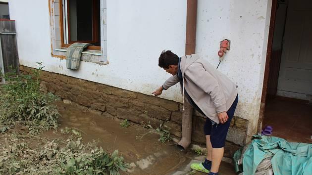 Paní Dvořáčková ukazuje, kam až sahala voda...