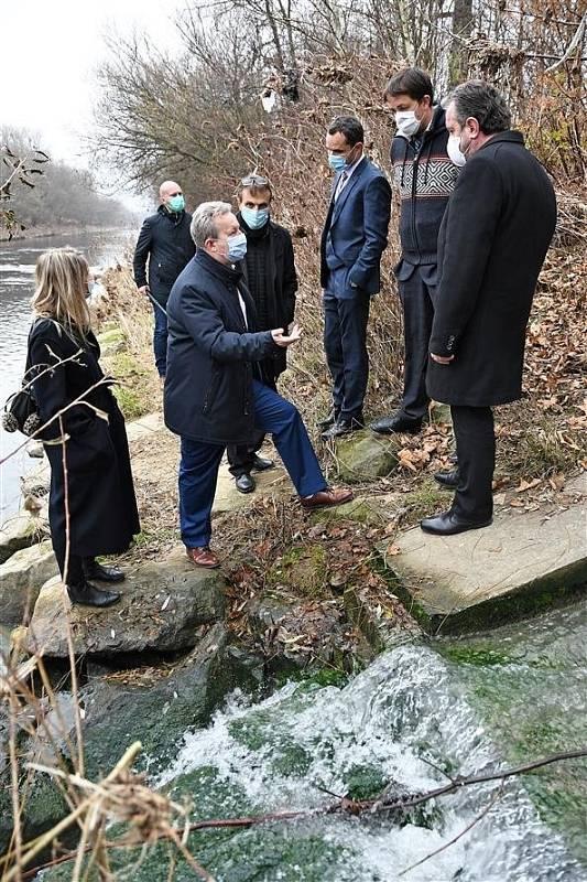 Ministr životního prostředí Richard brabec na inspekci u řeky Bečvy