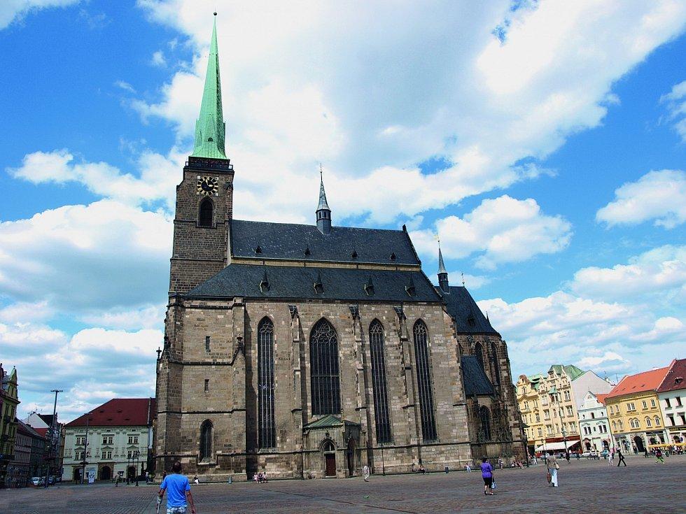 Dominantou náměstí Republiky vPlzni je katedrála svatého Bartoloměje.