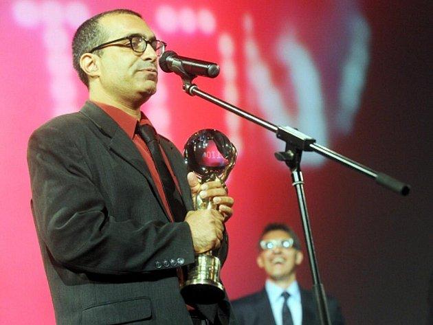 Izraelský režisér Joseph Madmony převzal 9. července na 46. ročníku Mezinárodního filmového festivalu v Karlových Varech Velkou cenu - Křišťálový glóbus za film Restaurátor.