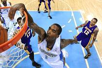 Ve čtvrtém zápase série jasně dominovali Nuggets. Denverský J.R. Smith smečuje, obrana Lakers užasle přihlíží.