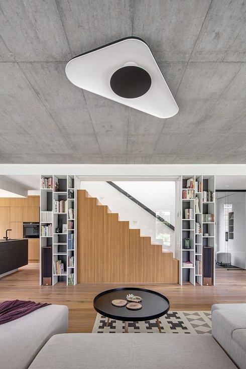 Strukturu a barvu do interiéru rodinného domu ateliéru boq architekti vnesly obnažené betonové stropy a přírodní olejované dřevo i doplňky v neutrálních odstínech.