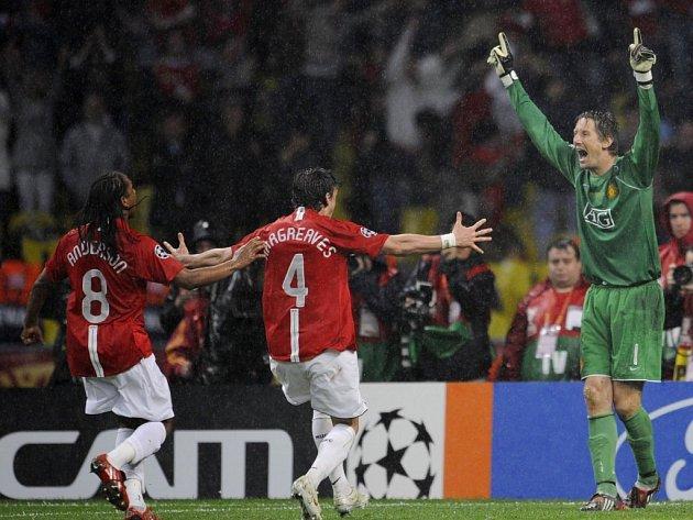 Radost hráčů Manchesteru poté, co Edwin van der Sar chytil poslední penaltu.