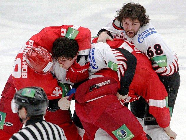 V KHL se do hromadné rvačky zapojil i Jaromír Jágr z Omsku.