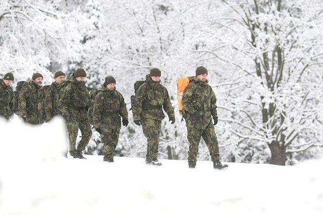 Příslušníci chemické brigády v Liberci cvičili ve čtvrtek v Jizerských horách orientaci a pěší pohyb na zasněženém a zmrzlém terénu. Skupina o síle jedné čety se ráno kolem osmé vydala pod velením poručíka Pánka na přesun v plné polní do Jizerských hor.