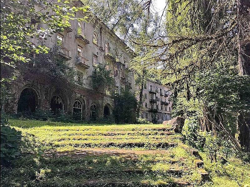 Město Akarmara v Abcházií, opuštěné kvůli válečnému konfliktu v devadesátých letech.