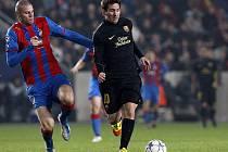 Hvězda Barcelony Lionel Messi uniká Davidovi Bystroňovi.