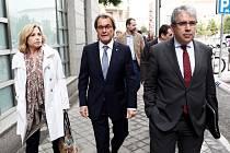 Artur Mas, bývalý premiér Katalánska (uprostřed) se svými ministry při odchodu od soudu. Vlevo Joana Ortega a vpravo Francesc Homs.