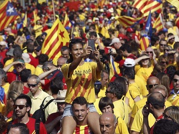 Demonstrující Katalánci v Barceloně.