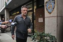 Alec Baldwin odchází z policejní stanice v New Yorku