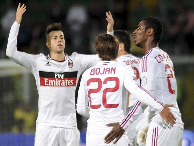Kanonýr AC Milán Stephan el Shaarawy (vlevo) slaví se spoluhráči gól proti Palermu.