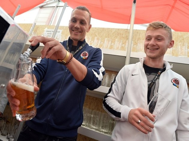 Fotbalisté Sparty Ondřej Švejdík (vlevo) a Jakub Brabec si na festivalu na Letné vyzkoušeli, jak se točí pivo.