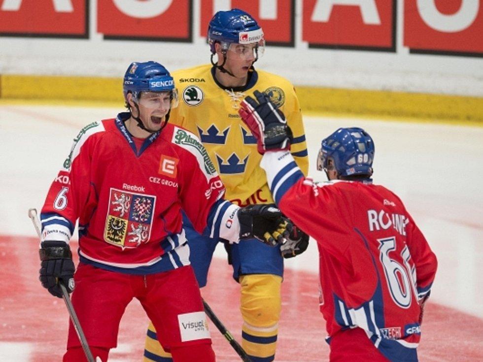 Čeští hokejisté Tomáš Mojžíš (vlevo) a Tomáš Rolinek (vpravo) se radují z gólu proti Švédsku.