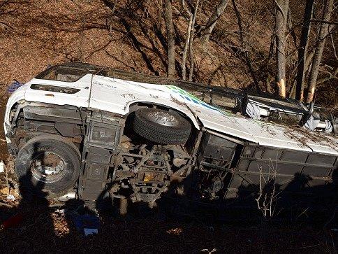 Při nehodě autobusu zemřelo nejméně 14 lidí.