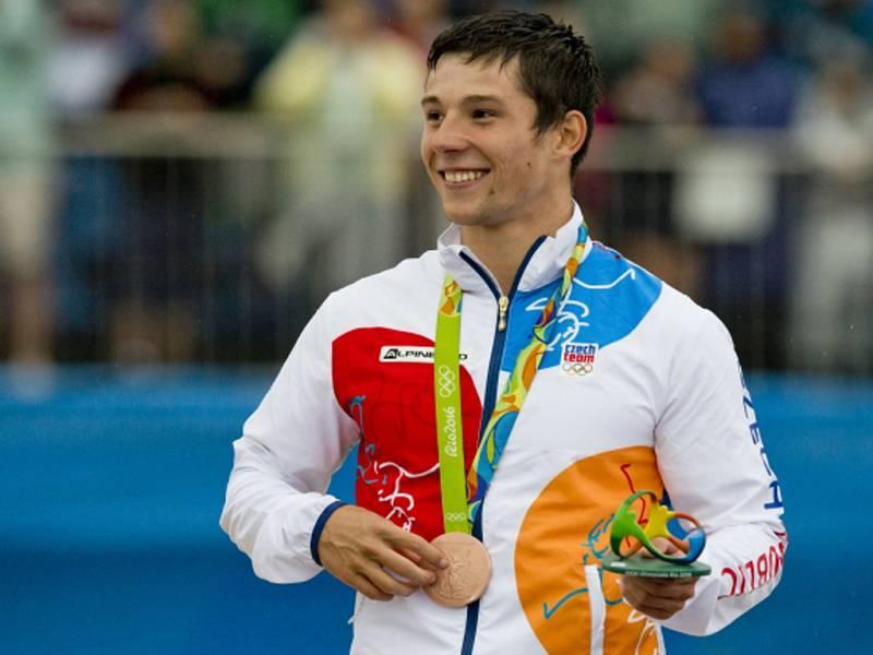 Kajakář Jiří Prskavec s bronzovou medailí z olympijských her v Riu.