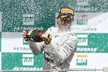 Nico Rosberg slaví triumf na okruhu v Brazílii.