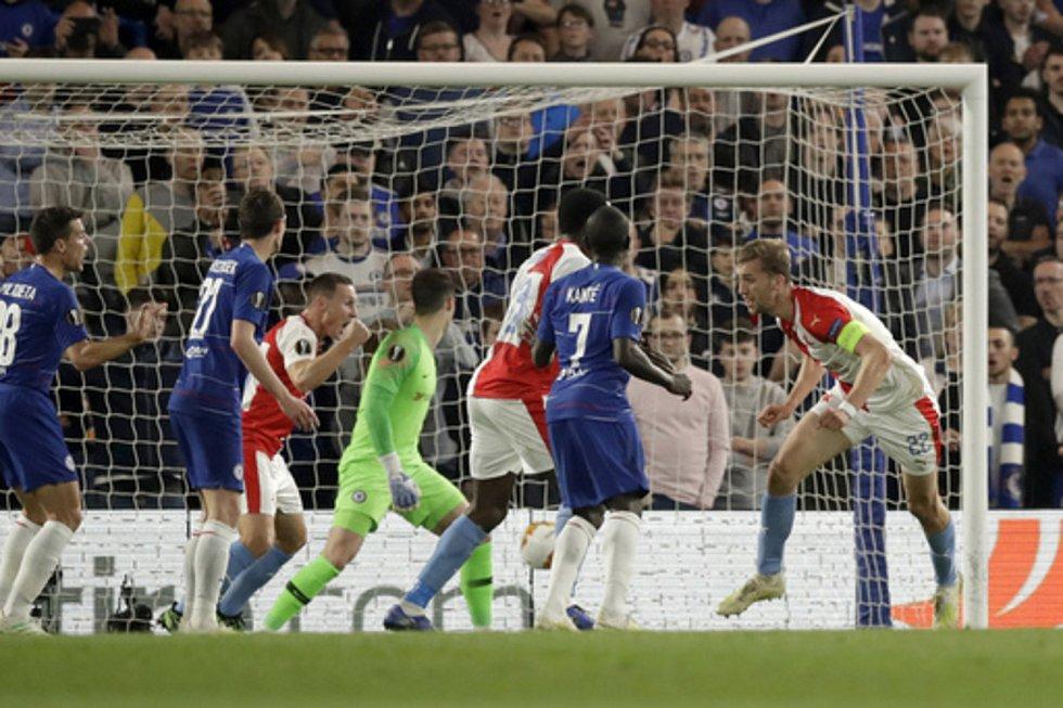 Fotbalista Slavie Praha Tomáš Souček (vpravo) dává gól do sítě Chelsea.