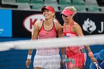 Lucie Hardecká (vlevo) a Andrea Hlaváčková se radují z postupu do finále Australian Open.