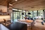 Velké prosklení nabízí propojení interiéru s exteriérem