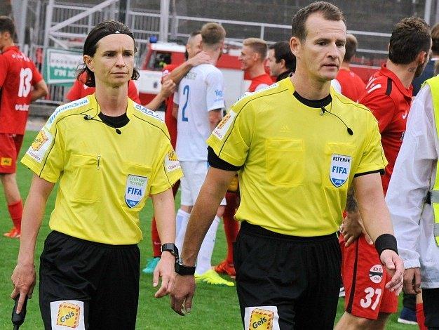 Lucie Ratajová po boku rozhodčího Pavla Královce po zápase Zbrojovky se Spartou