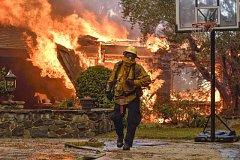 Kalifornii sužují rozsáhlé požáry.
