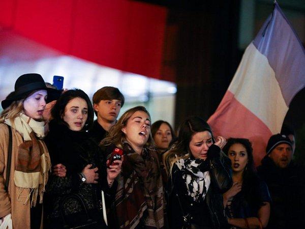 Francie drží ode dneška třídenní smutek za 129obětí pátečních atentátů vPaříži. Vmetropoli zůstala stejně jako vsobotu idnes zavřená muzea a sály divadel iněkterých kin.