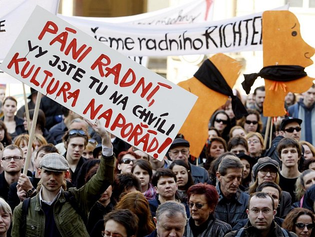 Happeningem vyvrcholila 24. dubna před pražským magistrátem petiční akce Za Prahu kulturní.