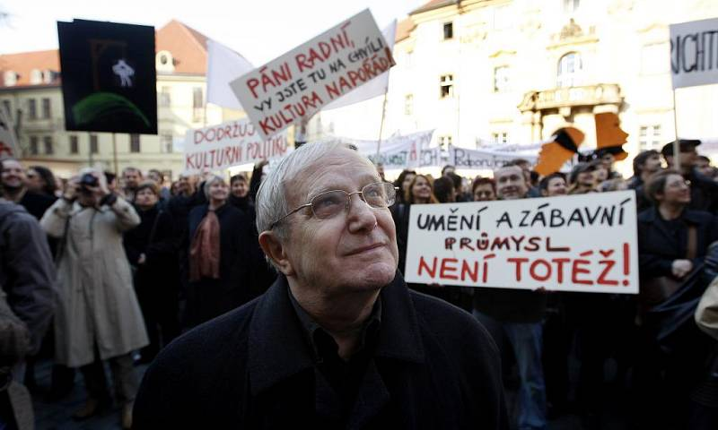 Herec Jiří Suchý na demonstraci