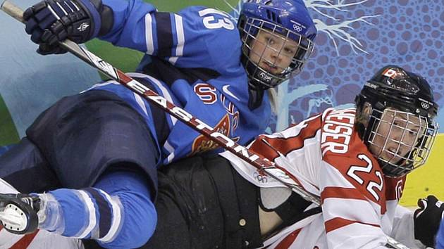 Finská útočnice Linda Valimakiová (13) v souboji s Kanaďankou Hayley Wickenheiserovou.