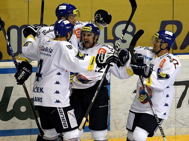 Hokejisté Vítkovic se radují z vítězství nad Budějovicemi.