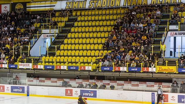 Prázdné sedačky oddělující sektory na tribuně - Předehrávka 11. kola hokejové extraligy: HC Verva Litvínov - HC Oceláři Třinec, 22. září 2020 v Litvínově.